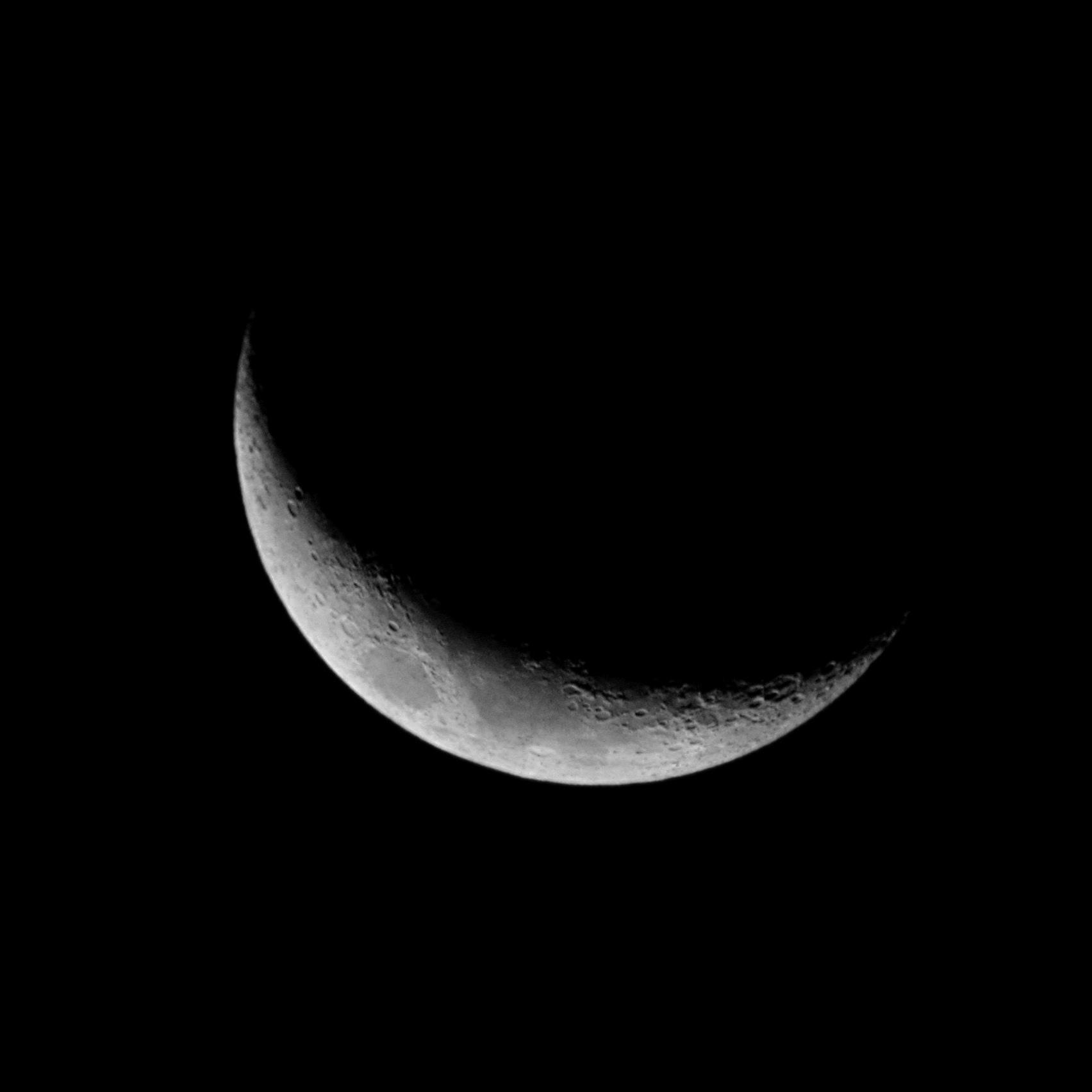 crescent-moon-2017-01-31-greyscale